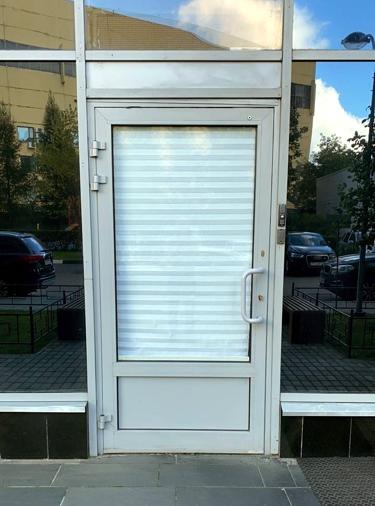 наклеить Режим работы на стеклянную дверь
