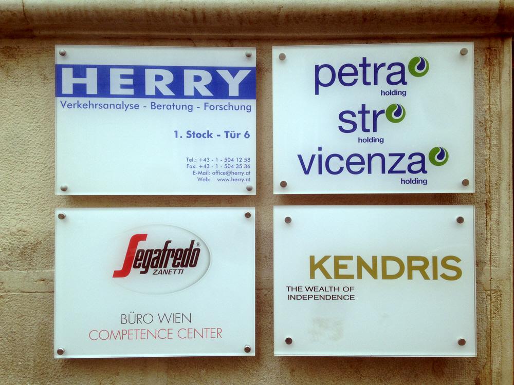 вывески и таблички на прозрачном пластике или стекле и дистанционных держателях